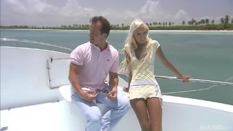 того, ней блондинку трахнули вдвоем на заливе камера